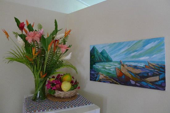 Still Beach House: fresh cut flowers and fruit when we arrived (fruit replenished daily)