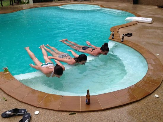 Shiralea Backpackers Resort : pool planking in the rain