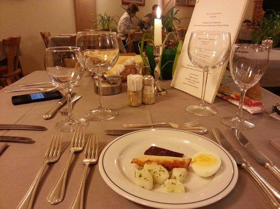 Hotel Alpi & Golf: La tavola della cena: curatissima