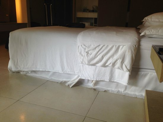 Century Langkasuka Resort: bed made sloppily on check-in