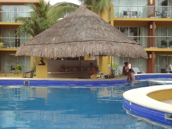 Secrets Aura Cozumel: Swim up bar in the new perferred club area