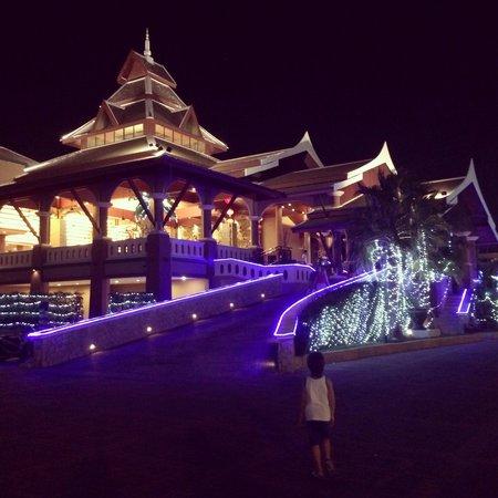 Novotel Phuket Vintage Park : Вид снаружи вечером- очень красиво!