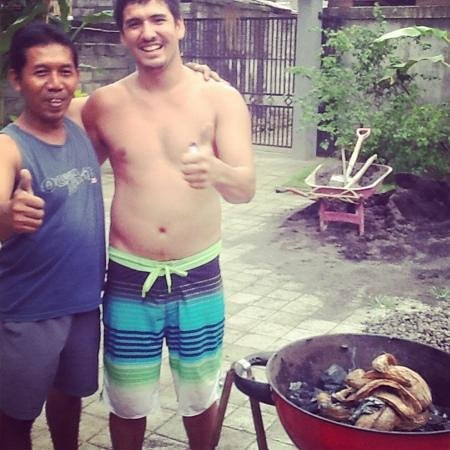 Puri Clinton Home Stay: Wayan showing us how to cook fish, Balinese style!