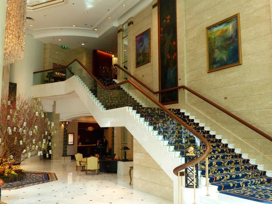 Island Shangri-La Hong Kong : Lobby Staircase