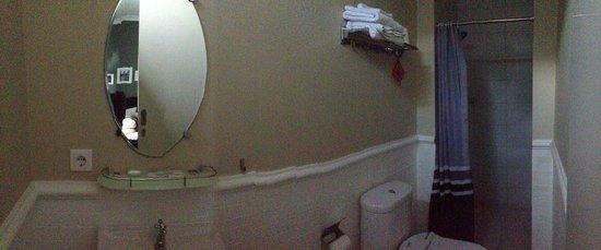 Cottonwood Bed & Breakfast: Bathroom (same design)