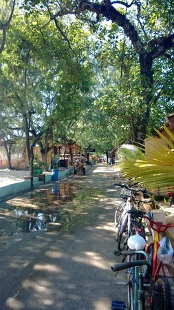 Laguna Gili Beach Resort: Street between hotel and beach