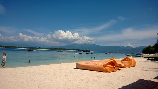 Laguna Gili Beach Resort: Beachfront looking towards Lombok