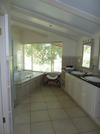 The Fernery Lodge & Chalets: Our bathroom
