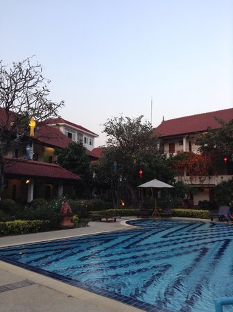 Karinthip Village: Nice swimming pool area and garden
