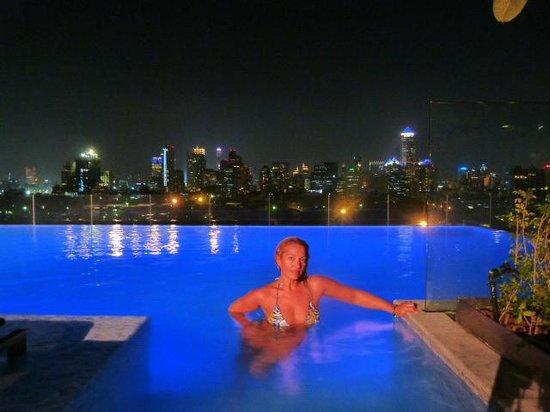 SO Sofitel Bangkok: la piscina a la noche
