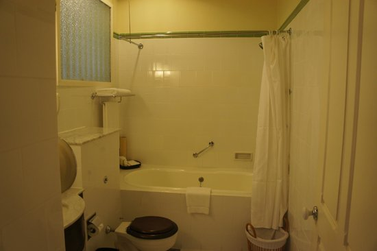 Raffles Grand Hotel d'Angkor : bathroom