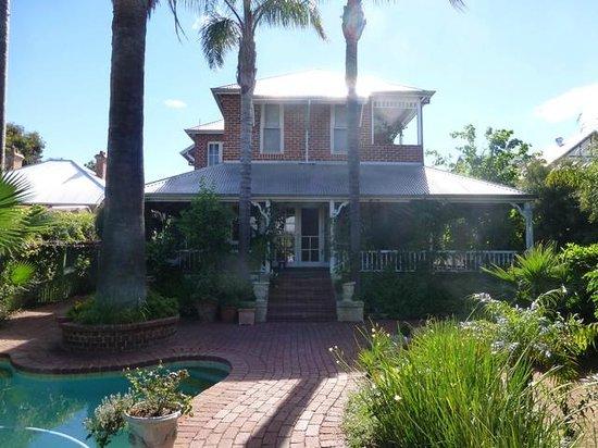 Lakeside B & B: House Exterior