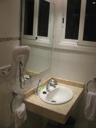 Hotel Canton: Оборудование ванной и окно