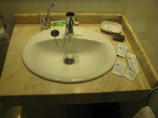 Hotel Canton: Удобная раковина. Приятные мелочи.