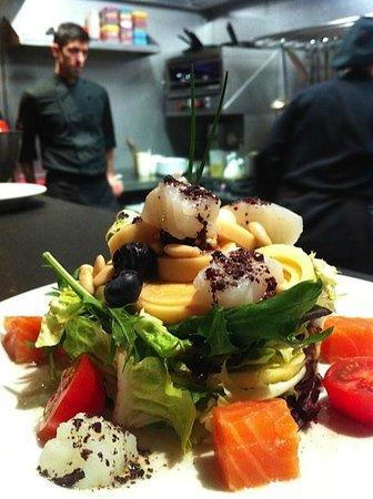 El Raco de l'Aguir : Ensalada de salmón, manzana, palmitos y piñones.