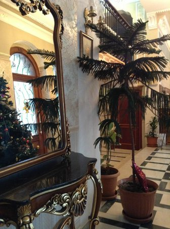 Amber Hotel : Christmas trees at reception