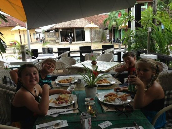 Meads Beach Bar & Grill: Kids loving the pies