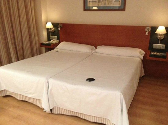 Tryp Valencia Oceanic Hotel: Cama, mejorable