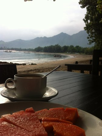 Taman Sari Bali Resort & Spa: breakfast by the beach