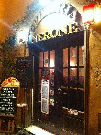 Pizzeria Nerone: Ingresso del locale sito nella famosa Via del Moro a Trastevere