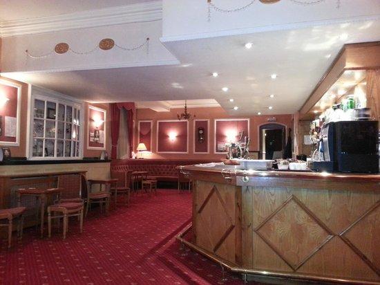 Borough Arms Hotel: spacious Bar.