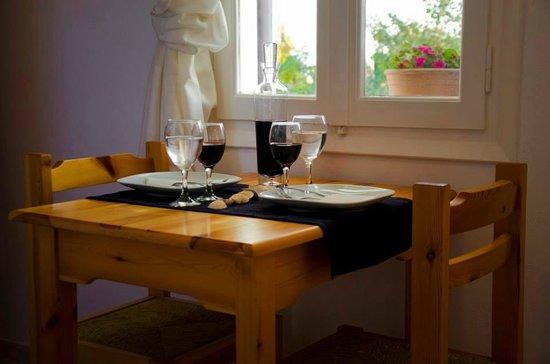 Studios Eleni : Μαύρο γλυκό κρασί παραγωγής μας