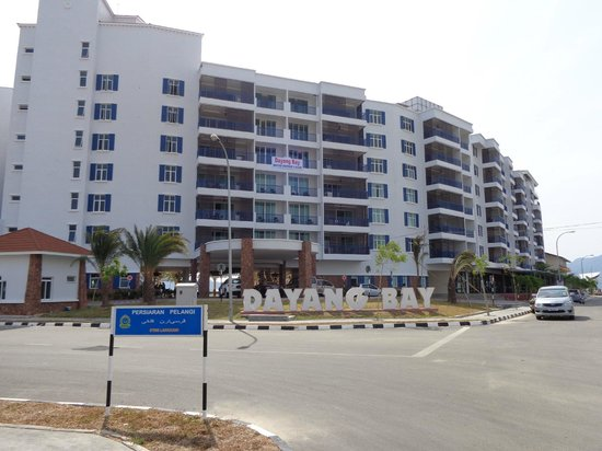 Dayang Bay Serviced Apartment & Resort: View of front of hotel from the street