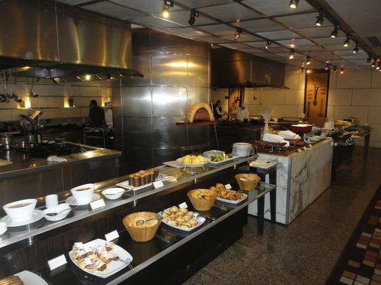 Park Hyatt Mendoza : Café da manhã com o forno a lenha ao fundo