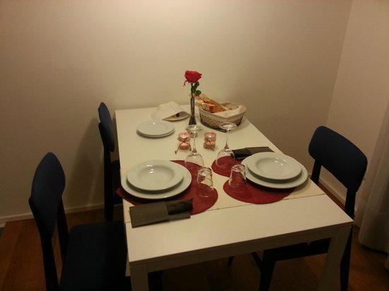 Mxp Rooms Guest House: Tavola pronta per la cena