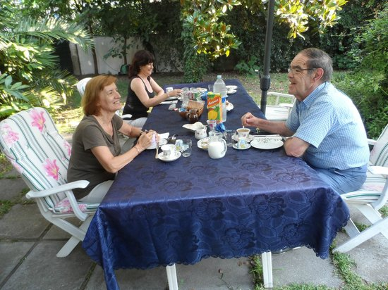 Bed and Breakfast Il Giardino di Villa Anna: desayuno en el jardín
