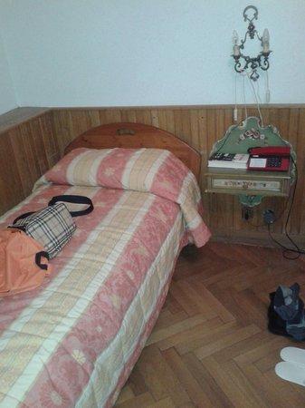 Corona Hotel: letto  singolo