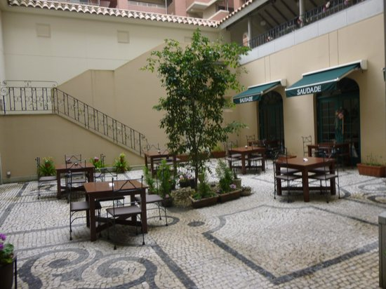Hotel Monterey Nagasaki: ホテル内のパティオ