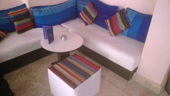 Café O2: Comfy seating area