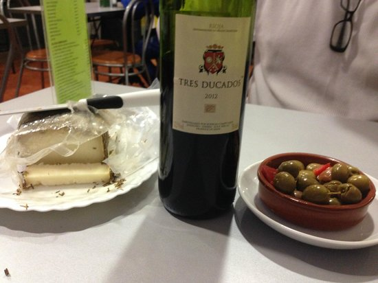 El Prat de Llobregat, Spanien: wine tapas and the plate and cheese cutter provided by owners