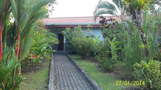 Volcano Lodge & Springs: entrada a la habitación
