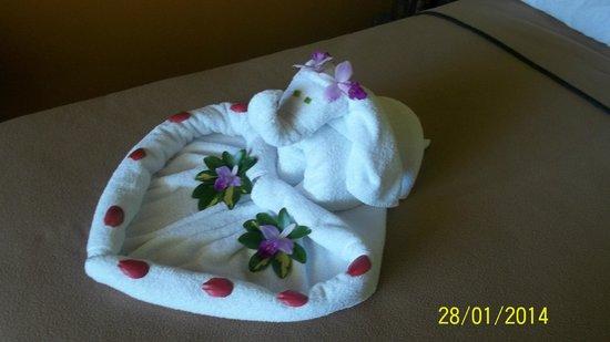 Volcano Lodge & Springs: arreglo en la cama con las toallas
