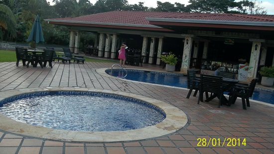Volcano Lodge & Springs : bar sura piscinas