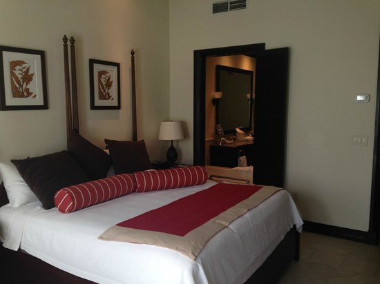 Scrub Island Resort, Spa & Marina, Autograph Collection: King bed in a standard room