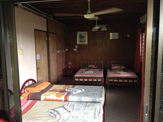 Treetops Lodge: 5号室です。 ベッドが4つあり、エアコンと天井のファンがありました。 とても広かったです。