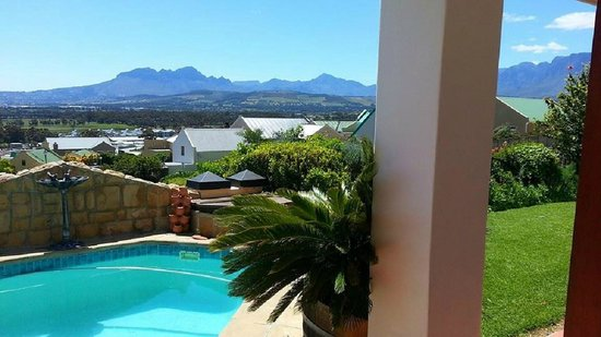 Helderberg Guesthouse : Pool and mountain view