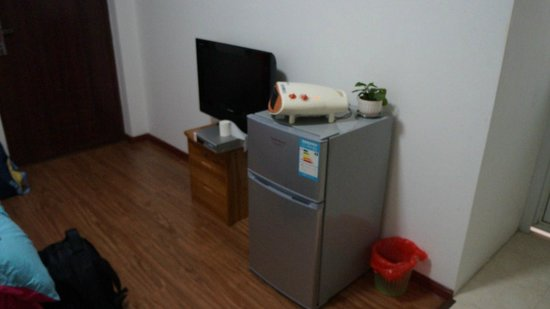 Qiongjia Family Apartment: LCD tv, local chinese channel ,fridge,heater