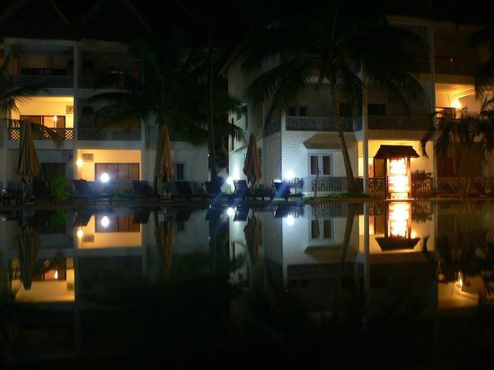 Royal Reserve Safari and Beach Club: At night