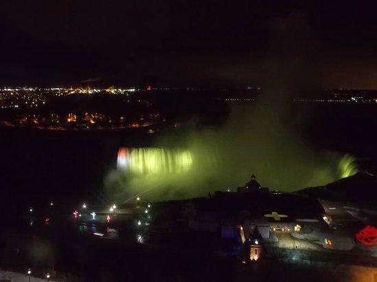 Oakes Hotel Overlooking the Falls: Vista do quarto de noite