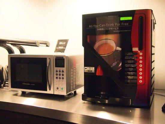 Hotel Active Hiroshima: 各階に設置された電子レンジとコーヒーサーバー