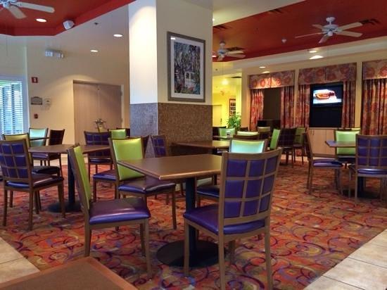Comfort Suites Maingate East: Breakfast seating area
