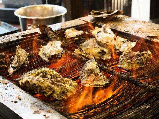 Kakiya : 店先で焼いていた牡蠣