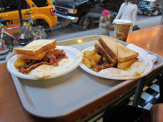 Hotel Carter : завтрак в кафе на углу, рядом с отелем