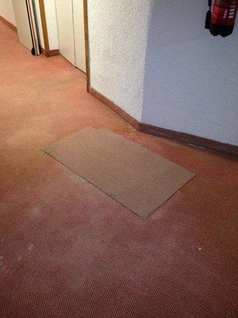 Interpalace by Blue Sea: So sehen die losen Teppichstücke im 2. OG Gänge aus !