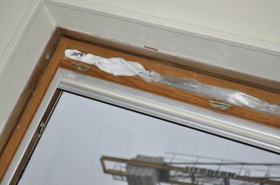 Hotel Amarys Simart: Finestra rotta, spifferi chiusi