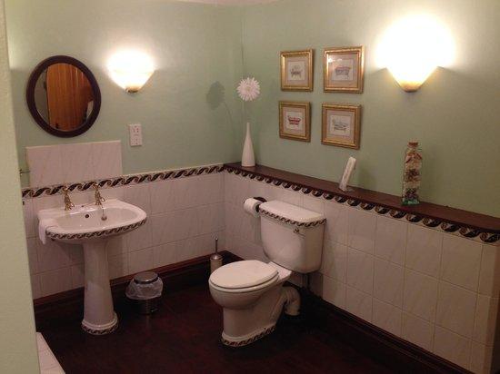 York House B&B: Toilet area